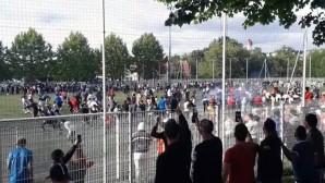 Безумие: 400 човека нахлуха на терена на нелегален двубой в Страсбург (видео)