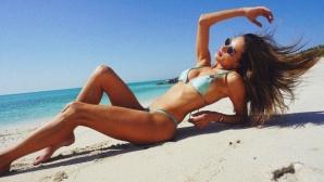 Алесандра Амброзио вдига градусите в басейна (снимки)