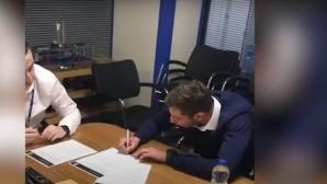 Появи се видео как Емилиано Сала подписва с Кардиф (вижте го)