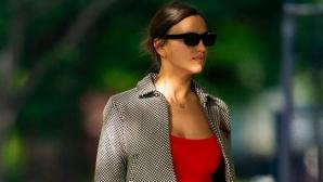 Ирина Шейк събра погледите в малка червена рокля (снимки)