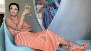 Ева Лонгория се показа по бански от задния двор на къщата си (снимки)