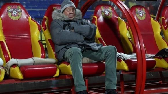 Легендарен наставник получи оферта от тима на Жоро Костадинов