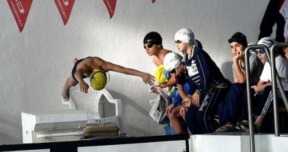 Пловдивските клубове възмутени, че децата остават извън басейна