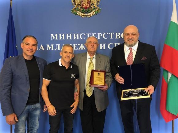 Министър Кралев награди Никола Проданов с почетен...