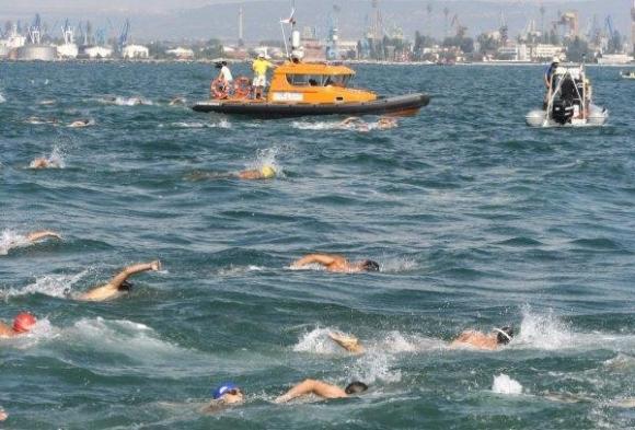 Участниците в плувния маратон Галата-Варна за първи...