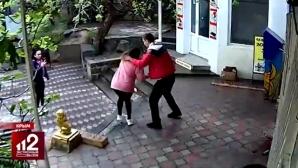 Руски ММА треньор преби магазинерка (видео)