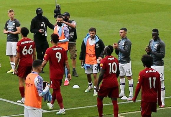 Само един играч на Манчестър Сити не показа уважение...