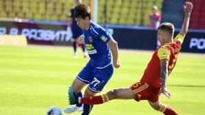 Късен гол осигури спокойствие на Арсенал, Костадинов с жълт картон