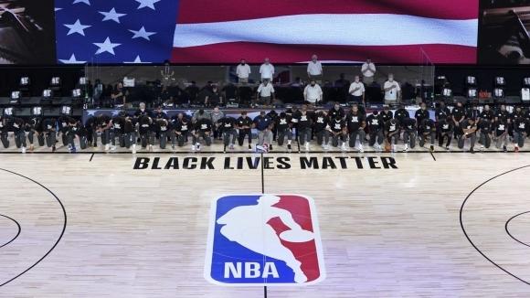 Протестите в НБА са факт - играчи и рефери коленичиха по време на химна на САЩ