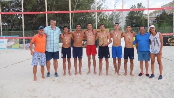 Любо Ганев награди шампионите по плажен волейбол