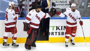 Три гола в последната третина класираха Каролина за основната част на плейофите в НХЛ
