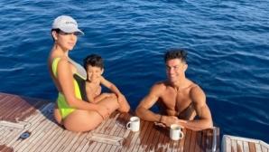 Папараци изловиха Кристиано и Джорджина на яхта за 5.5 млн. паунда (снимки)