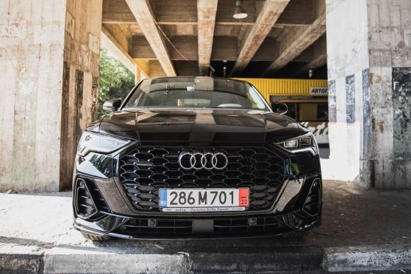 Audi Q3 Sportback те гледа. Точно както ти него