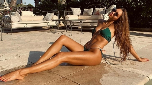 Гимнастичка показа секси тяло на плажа