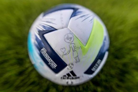 Топката за Суперкупата на УЕФА, представена с детски...