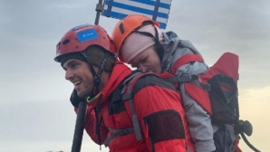 Гръцки спортист носи жена с увреждания на гръб до върха на Олимп