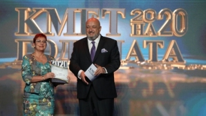"""Кралев връчи наградите в категория """"Спорт и младежки политики"""" на церемонията """"Кмет на годината 2020"""""""