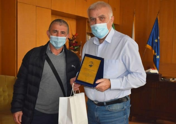 Кметът на Разград получи плакет за заслуги от местния клуб по борба