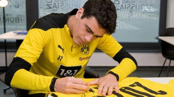 Една от младите звезди на Дортмунд преподписа с клуба за пет години