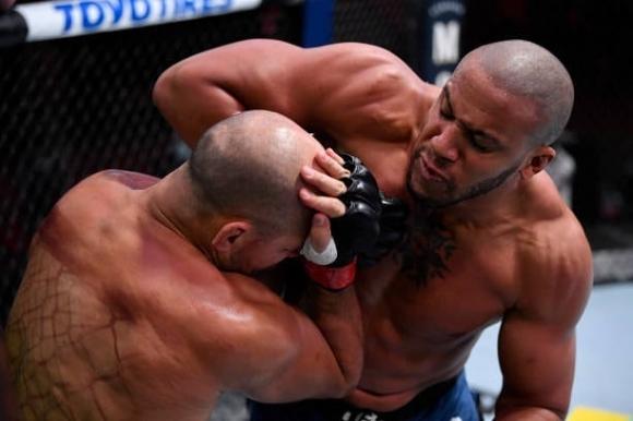 Сирил Гане засили Жуниор Дос Сантос към изхода на UFC с нокаут във 2-ия рунд (видео)