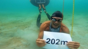 Датчанин изплува на един дъх 202 метра под вода