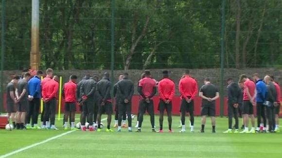 Футболистите на Манчестър Юнайтед с минута мълчание за жертвите от атентата
