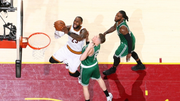 Кливланд  на победа от финала в НБА