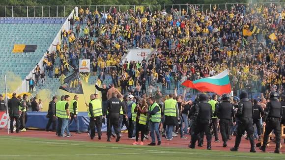 Бултрасите атакуваха терена след гола на Косоко