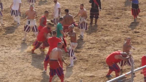 Гладиаторски футбол  се проведе във Флоренция
