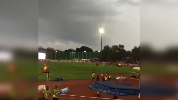 Светкавица удари прожектор на стадион