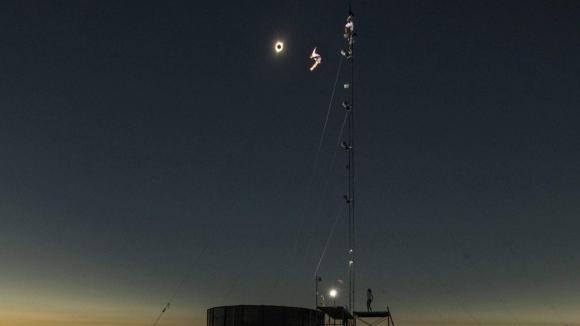 Екстремно шоу в минутите на слънчевото затъмнение в САЩ