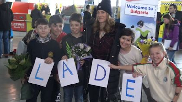 Цветя и детски прегръдки за Сани след Олимпиадата