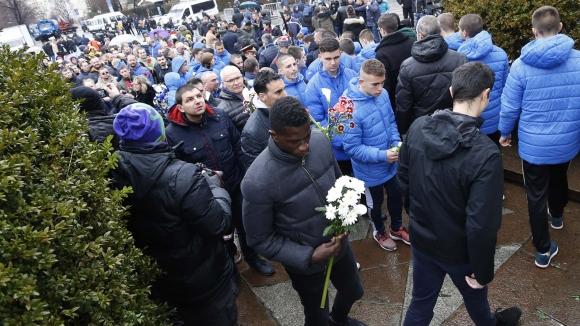 Ръководители и футболисти на Левски поднесоха цветя пред паметника на Апостола