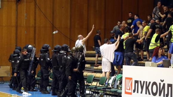 Неприятни събития в зала Универсиада между феновете на Левски Лукойл и Балкан
