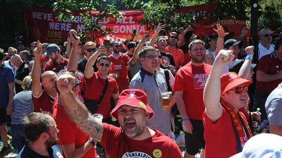 Феновете на Ливърпул поеха към стадиона с песен на уста