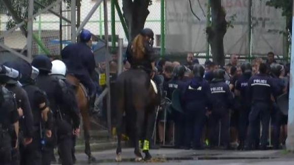 """Полицейски кордони и ядосани фенове на """"Герена"""" след провала срещу Вадуц"""