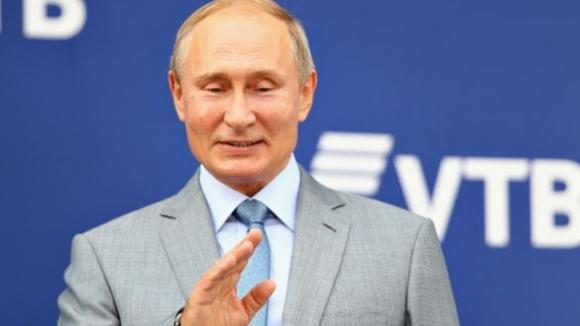 Путин изпробва новата президентска лимузина на писта за Формула 1