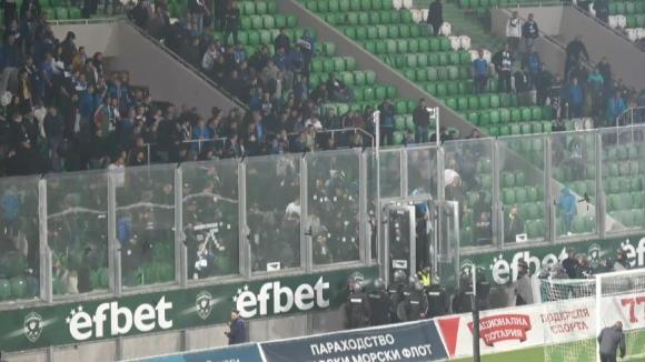 Феновете на Левски влязоха в пререкания с полицията след края на мача