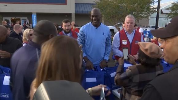 Майкъл Джордан помогна на пострадалите от ураган в Уилмингтън