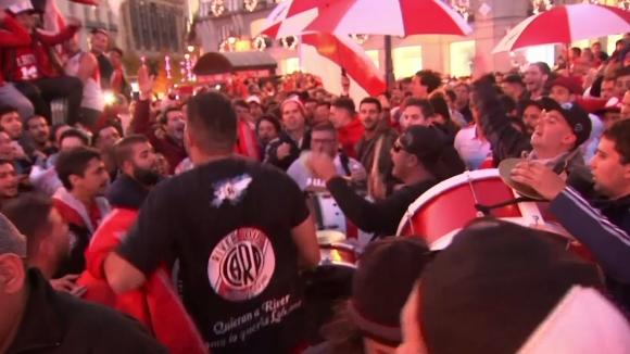 Хиляди фенове на Бока Хуниорс и Ривър Плейт се събраха в Мадрид