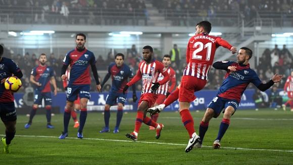 Атлетико (Мадрид) диша във врата на Барса след успех в мъглата