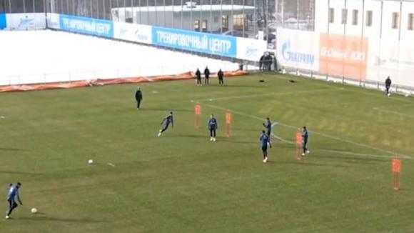 Тренировъчна стойка направи футболист на Зенит за смях