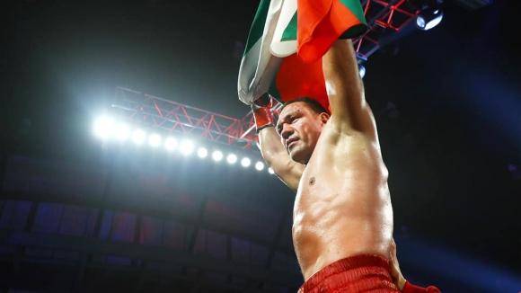Кубрат Пулев празнува своята драматична и кървата победа срещу Дину