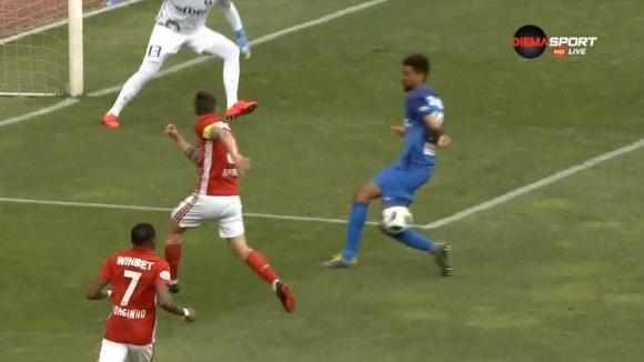 """Претенции на """"червените"""" за игра с ръка на Унтонджи в наказателното поле на Левски"""