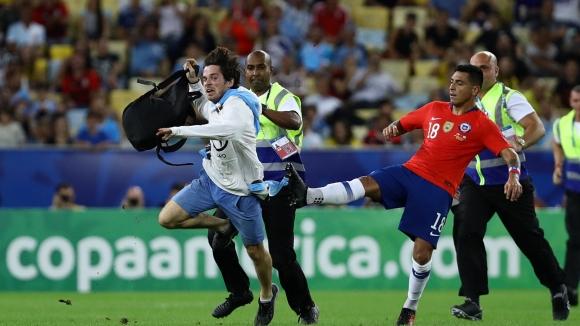 Футболист на Чили изрита фен на Уругвай, нахлул на терена