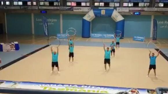 Бащи на гимнастички с невероятно изпълнение на обръчи