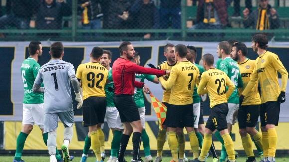 Червен картон за Еуженьо и напрежение между футболистите на Ботев и Берое