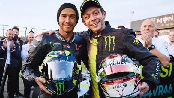 Люис Хамилтън и Валентино Роси си размениха състезателните машини