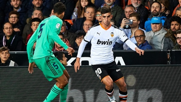 Реал Мадрид остана под Барса след емоционален дуел във Валенсия