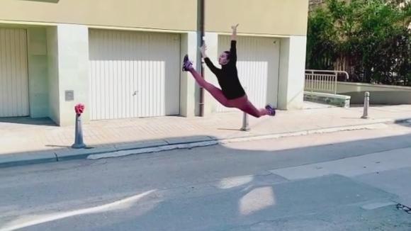 Катрин Тасева се развихри пред дома си